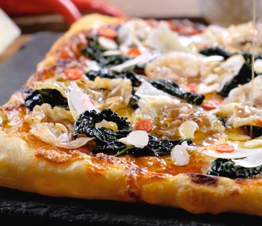 Pizza margherita alla Pala con cavolo nero e pancetta